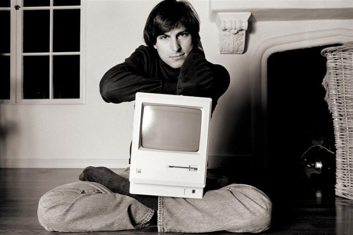 Steve-Jobs_MacOnLapBelAir
